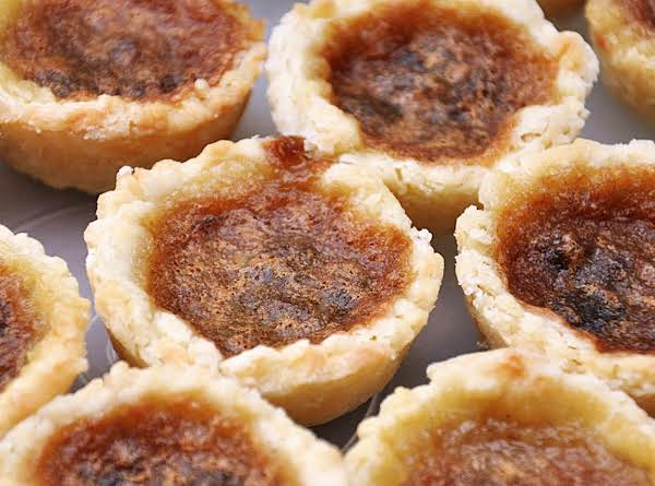 Just Looking At This Picture Makes Me Drool - These Butter-sugar-maple-raisin Tarts Are The Ultimate Canadian Dessert. Simple, But So Delicious With The Gooey Filling And Flaky Crust!