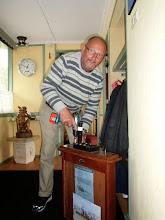 Photo: Fred bezig met het informatiekastje
