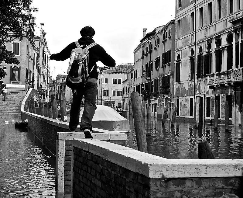 Valico sull'acqua improvvisato di Alessandra Alba