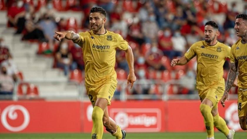 Gio Zarfino celebrando su primer gol con la camiseta del Alcorcón.