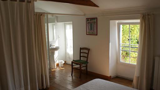 La Fermette gîte 3 étoiles pour 9 à 12 personnes à Surgères près de La Rochelle chambre double avec salle d'eau