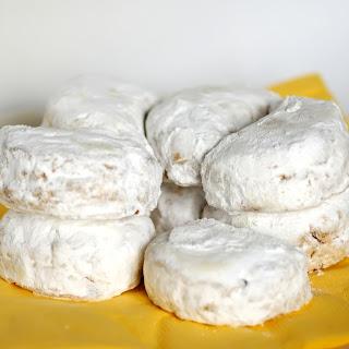 Κουραμπιέδες (Butter cookies with powdered sugar)