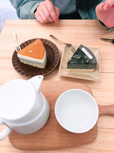 喜歡這裡的環境很舒服  伯爵茶凍生乳酪好吃  連不喜歡吃芝麻的我 也愛上他的芝麻蛋糕