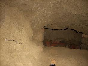 Photo: Erdstall Gaweinstal, Fragmente im Senatsrat Köpf Keller über dem Gewölbe. http://erdstall.heim.at