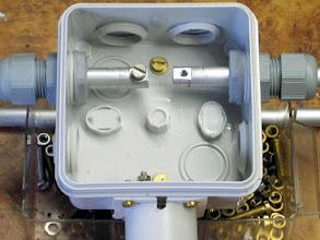 Photo: Dans le tube d'alu de 10mm est enfoncé 12 à 15mm de rond d'alu de 8mm puis un plat est limé pour un meilleur contact de la cosse , puis percage et taraudage Remarquez le trou à l'embase de la protection BNC de la pluie