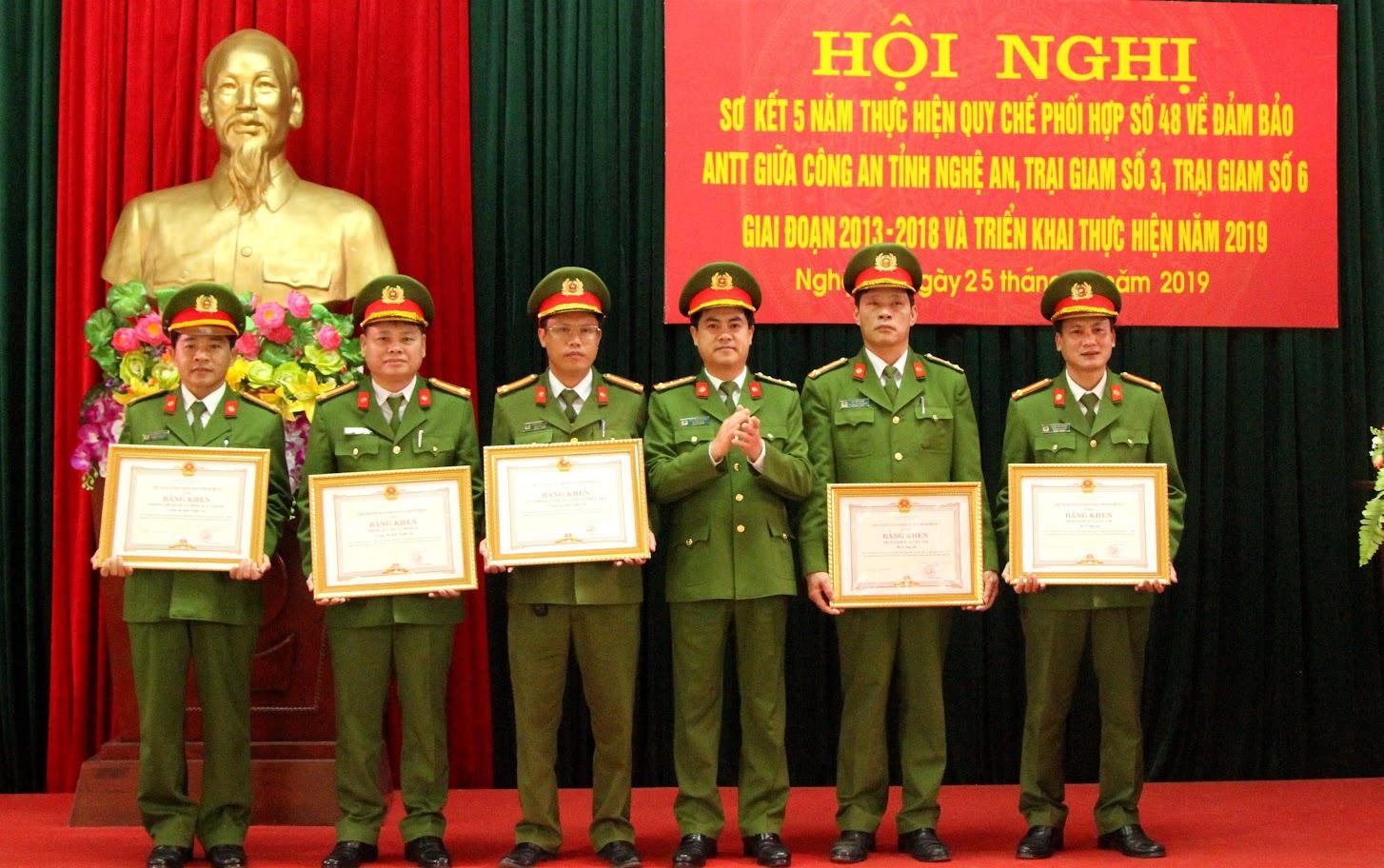 Tặng Bằng khen của UBND tỉnh Nghệ An cho các cá nhân, đơn vị  thực hiện tốt quy chế phối hợp giai đoạn 2013 - 2018