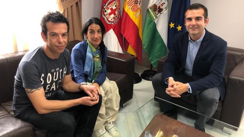 Ángel Cruz y Patricia Ramírez, padres de Gabriel, con el alcalde de Almería, Ramón Fernández-Pacheco.