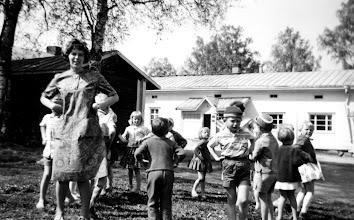 Photo: Opettaja Irma Mölsä lastentarhalaisineen 1957