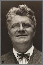 Photo: Eduard Carl (Edo) Fimmen (1881-1942) komt in mijn bestand eigenlijk alleen voor als 'broer van' (nl. als zwager van een oudtante). In zijn tijd was hij zeer bekend als militant leider van het Internationaal Verbond van Vakvereenigingen (IVV). Hij stierf in 1942 in Mexico aan een beroerte. Fimmen werd door sommigen verafschuwd als heuler met de communisten, door anderen bewonderd. Hij was intelligent en had een visie die verder reikte dan meestal het geval is, was een goed organisator, een harde werker en een hartelijk mens. In Nederland werd hij in 1942 natuurlijk niet, maar ook later niet herdacht. De ITF (International Transport Workers' Federation) herdacht hem twee maal: in 1942 en in 1952.
