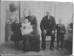 Photo: Ome Jaap als klein jongetje, rechts met zijn ouders en zusjes. Zijn twee zusjes kregen (rachitis)   Engelse ziekte en zijn daar aan overleden. Hoe erg moet dat toen geweest zijn voor zijn ouders en hem zelf. Deze foto is ongeveer genomen in 1910.