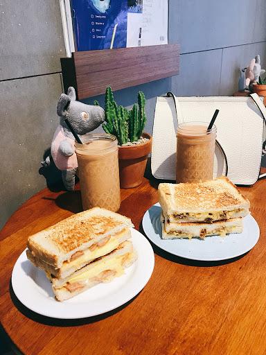 共吃過五種口味的三明治!韓式起司辣雞、野菇起司嫩蛋、瑪格麗特,這次點的是: 📍德式好燻腸 $70 📍費城起司牛肉 $85 📍泰式奶茶 $45(套餐搭配折$10) 其實本來是想吃野菇起司嫩蛋,不過