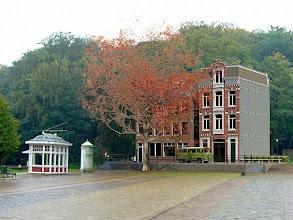 Photo: De steen voor steen weer opgebouwde Pottenbakkersgang in het Openluchtmuseum in Arnhem wordt in april 2012 geopend