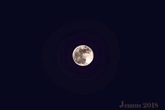 """Photo: Blue Moon (""""Blauer Mond"""") ist im englischen Sprachraum landläufig die Bezeichnung für einen zweiten Vollmond innerhalb eines Monats im gregorianischen Kalender. In der Umgangssprache meint man mit dem Spruch Once in a blue moon entsprechend etwas sehr Seltenes.  Ohne Teleobjektiv wird das Foto nicht so gut."""