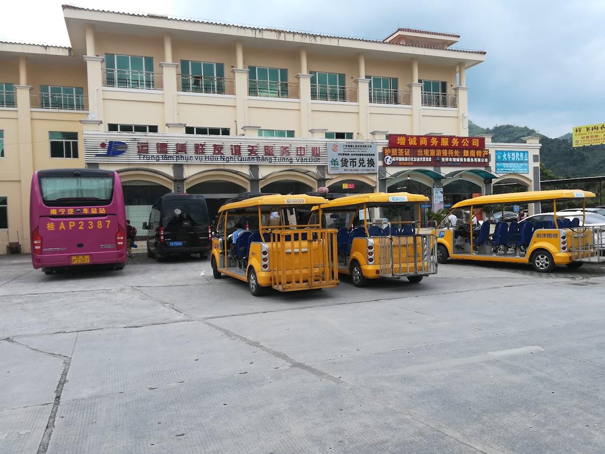 Vi venta på grensestasjonen til en ny buss med vietnamesiske skilter plukka oss opp