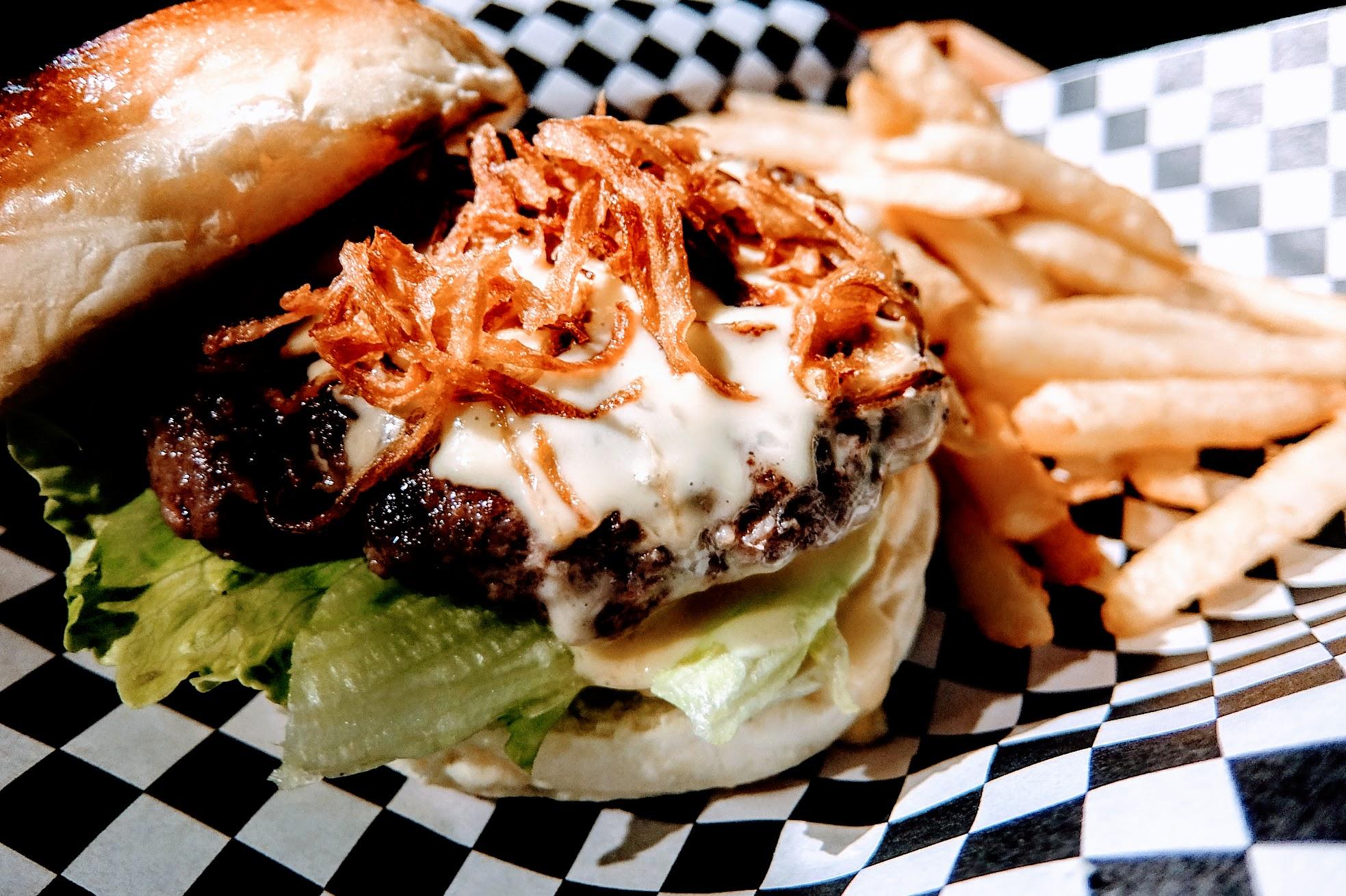 招牌怪獸漢堡,牛肉是店家自製,絞肉後做成頗厚的牛肉片,現煎而成