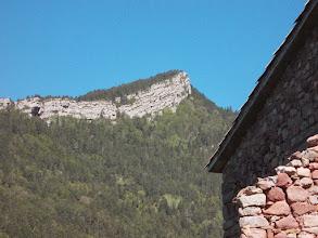 Photo: une belle muraille calcaire accompagne notre progression