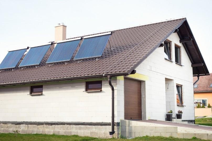 Aby ciepło pozyskiwane przez kolektor mogło służyć do ogrzania wody lub domu, potrzeba jest jeszcze instalacja odbiorcza.