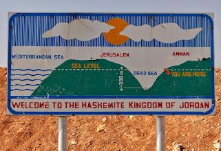Photo: Ab hier geht's nicht nur 390 m, sondern sogar 429 m tiefer zum Toten Meer, dessen Boden selbst noch einmal 794 m tiefer liegt.