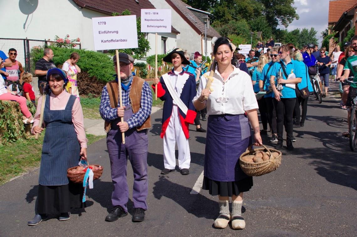 Auch der Kartoffelaubau und der Napoleonische Befreiungskrieg waren Themen beim Festumzug am Samstagvormittag. Foto: Andreas Schwarze (asc)
