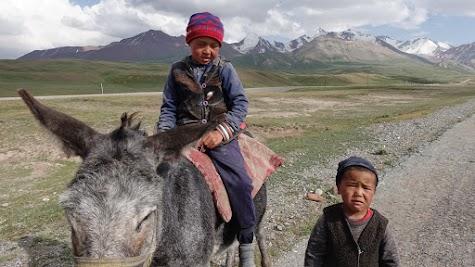 Die Nomaden Kinder freuen sich über Süßigkeiten.