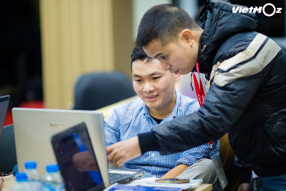 Học viên trao đổi chia sẻ thông tin với nhau