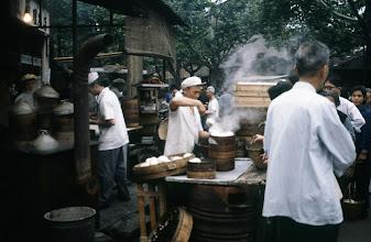 Photo: 11004 上海/自由市場/包子(パオズ)を蒸す