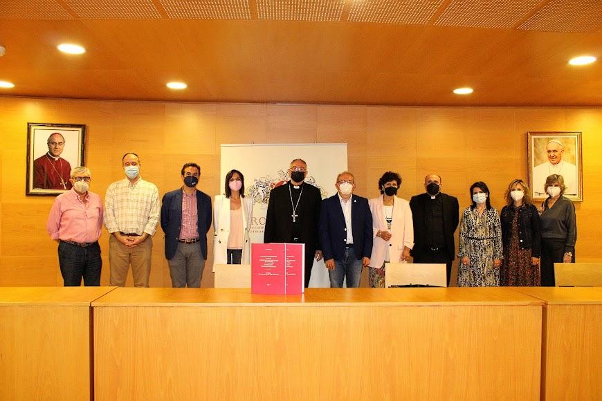 El obispo, Gómez Cantero; junto al conferenciante, la presentadora, concejalas de Vícar e integrantes de Providentia.
