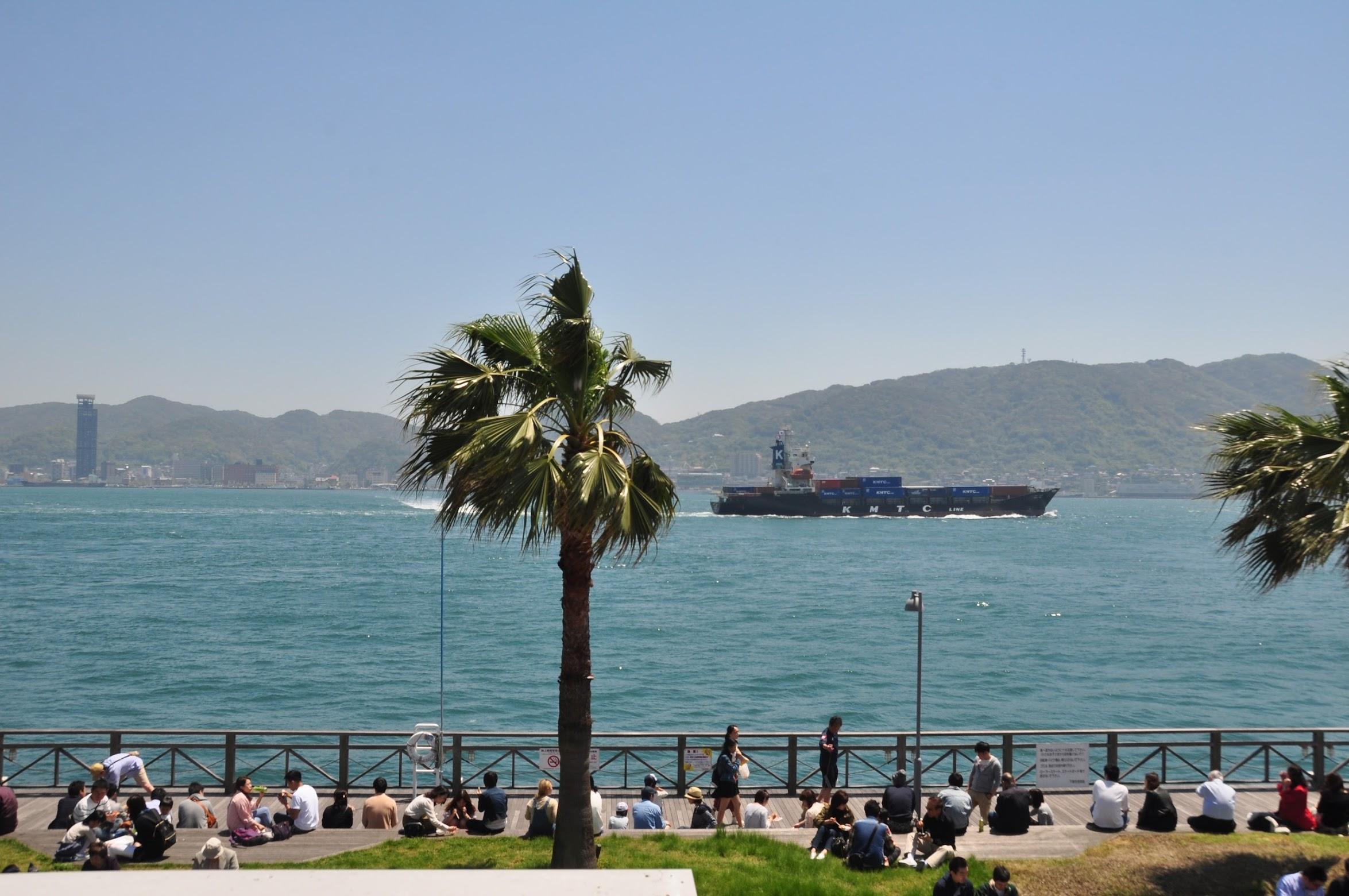 関門海峡を横切る船