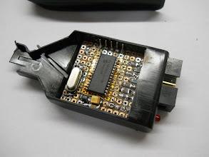 Photo: Rasgos para a passagem do conector e do LED ficaram prontos. A placa assentou bem dentro da caixinha.