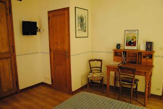 Photo: Wifi, télévision. Derrière la porte, les WC.