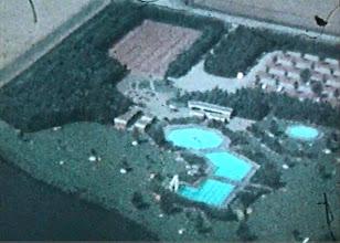 Photo: Zwembad vanuit de lucht. Links bovenin  fietsenstalling. Nog geen kinderboerderij en geen hockey