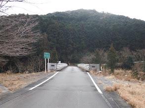 この橋を渡り左へ
