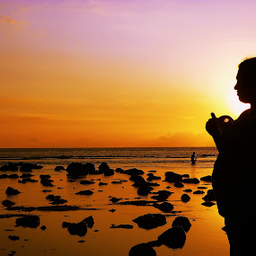 Lovely Wife by Wanz Wan - People Family ( sunset, family, wife, pregnant, siluet, lombok, beach, mangsit )