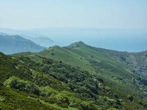 Photo: Η κορυφογραμμή της Ανατολής θα γεμίσει με ανεμογεννήτριες. Στο βάθος φαίνεται η ανατολική ακτή της Εύβοιας.