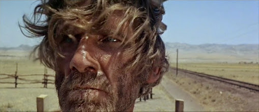 """Photo: Al Mulock, o ator que se suicidou durante as filmagens de """"Era Uma Vez no Oeste"""". Ele pulou da janela do hotel onde se hospedava a equipe vestindo as roupas de seu personagem (""""Knuckels"""")."""