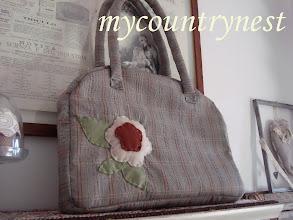Photo: country bag in principe di galles grigio-marrone con cerniera e fiore di panno