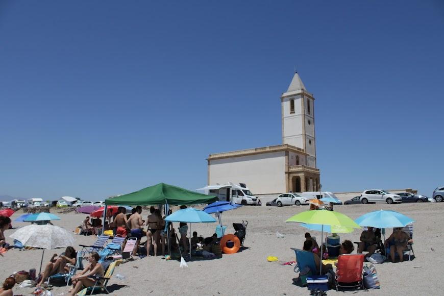 Playa e iglesia de las Salinas, en el Cabo de Gata.