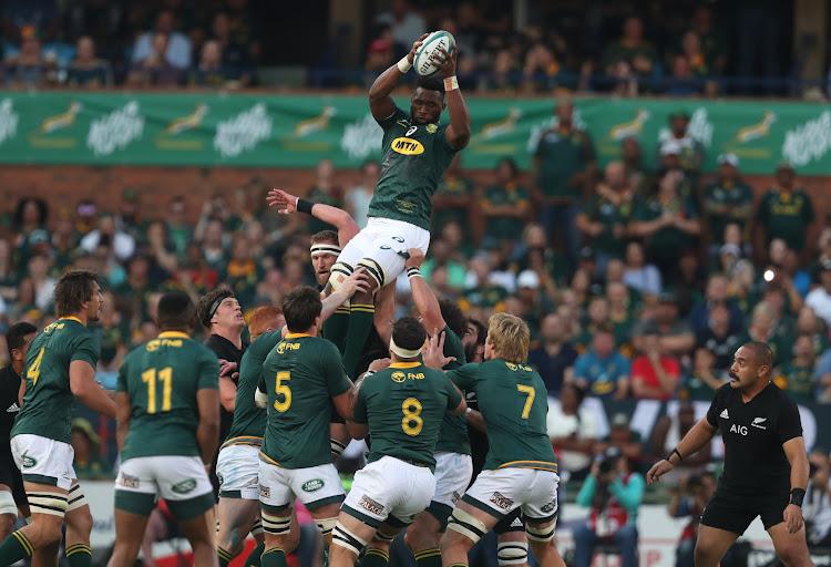11a50484a5a Siya Kolisi (captain) of South Africa out jumps Kieran Read (captain) of