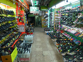 Photo: 鞋舖 A shoe store nearby