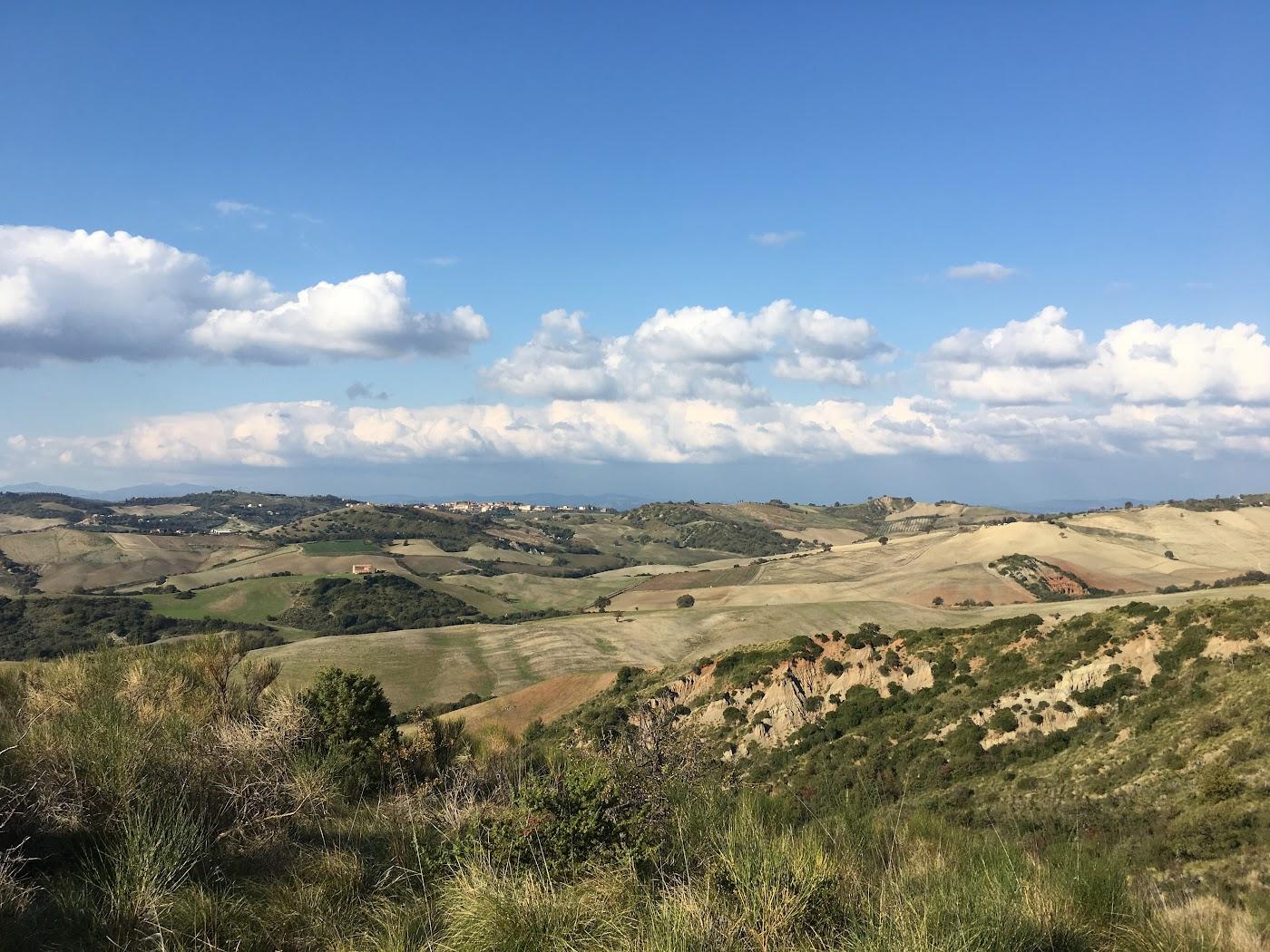 Colline sotto Podere Santa Pia con ampia vista su Cinigiana e sulla Maremma Grossetana