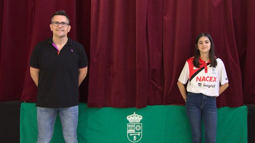 El concejal de Deportes de Turre, David Ruiz, junto a Aitana Portero.