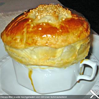 Weißwein-Käse Suppe mit Blätterteighaube