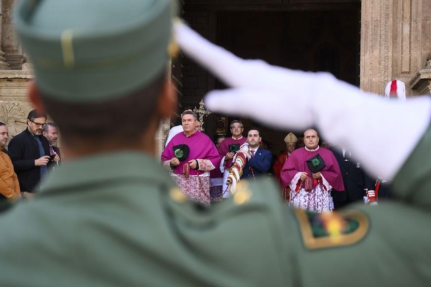 Carlos Sánchez con el Pendón a las puertas de la Catedral de Almería.