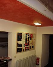 Photo: Trepperhaus des Theaters im Centrum (Kassel) Die Decke wurde mit einer Wischtechnik in Rot gestaltet. Die Wandflächen blieben Weiß. Hier durch wurden Raumgefühl und Licht optimiert.