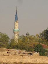 Photo: Les mosquées sont plus nombreuses que les églises en France! Mais bien plus vivante. Même dans ce petit village de brique en terre crue toute la vie se situe entre le café et la mosquée. L'islam ici est plus que cool, les musulmans boivent sans se cacher et les femmes s'habillent plutôt court.