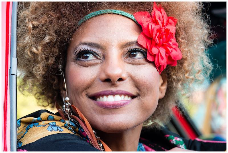Un sorriso radioso e un fiore rosso tra i capelli di E l i s a E n n E