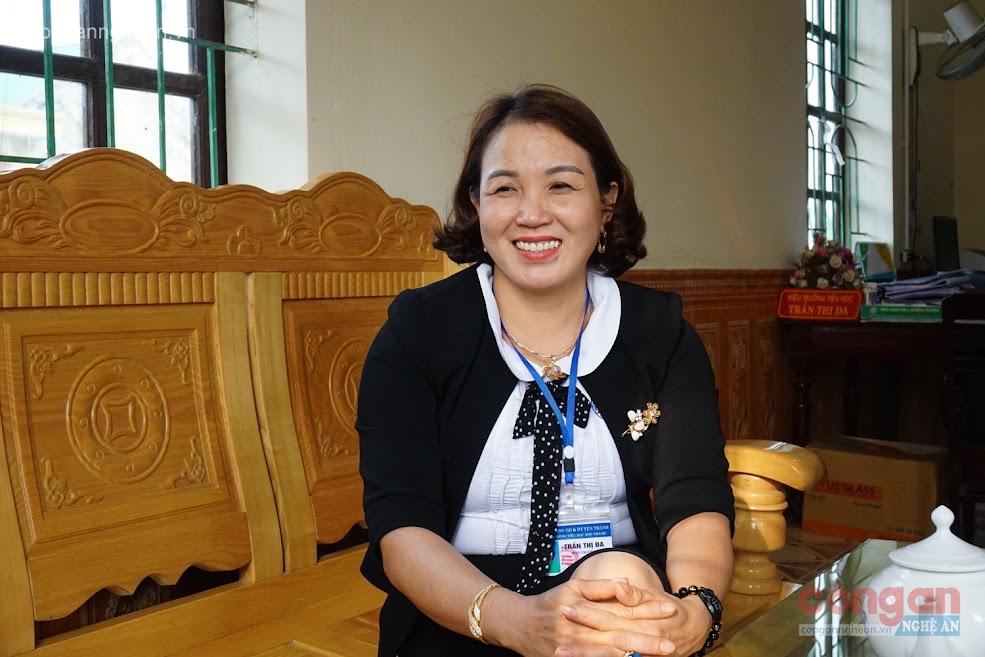 Cô giáo Trần Thị Đa, Hiệu trưởng Trường Tiểu học  Hợp Thành, huyện Yên Thành