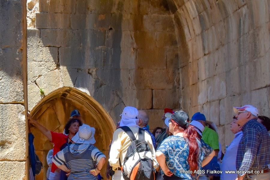 Гид по Израилю Светлана Фиалкова на экскурсии по Верхней Галилее. В крепости Нимрод.