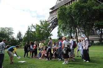 Photo: Je středa ráno 27. června 2012. Nacházíme se pod Eiffelovou věží, kde došlo na zhodnocení školního roku 2011/2012 a předání vysvědčení za tento školní rok.