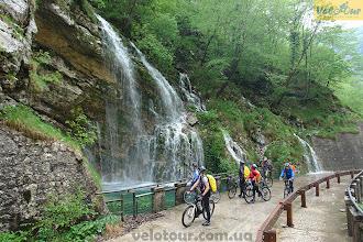 Photo: 10-ти дневная поездка по Доломитовым Альпам собрала группу сильных, увлеченных велосипедистов, которых не останавливало в катании даже дождь. Невероятная красота скал, дороги, петляющие в весеннем лесу, горные реки, красота природы и прекрасный велосипедный регион с историей, в котором чувствуешь себя невероятно комфортно. А плюс к этому приятные сюрпризы, как этот водопад, образовавшийся после дождя.  Место съемки: Италия, предгорье Альп Поездка: велотур «Кросс кантри в Италии» Автор: Александр Любенко